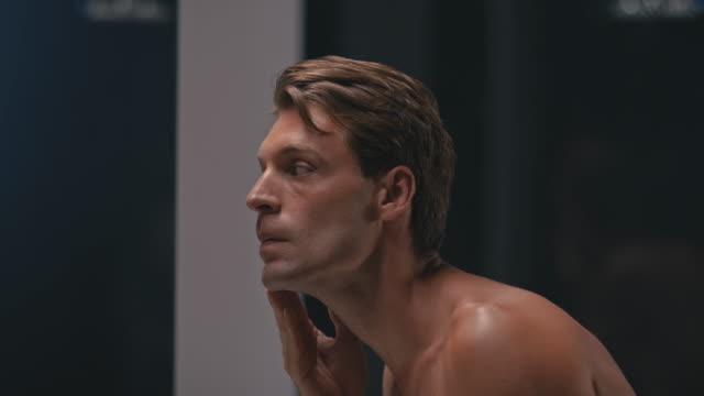 vidéos et rushes de homme dans la salle de bains - salle de bain