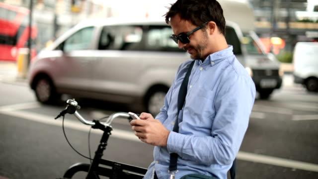 vídeos y material grabado en eventos de stock de hombre de gran ciudad - mensaje de móvil