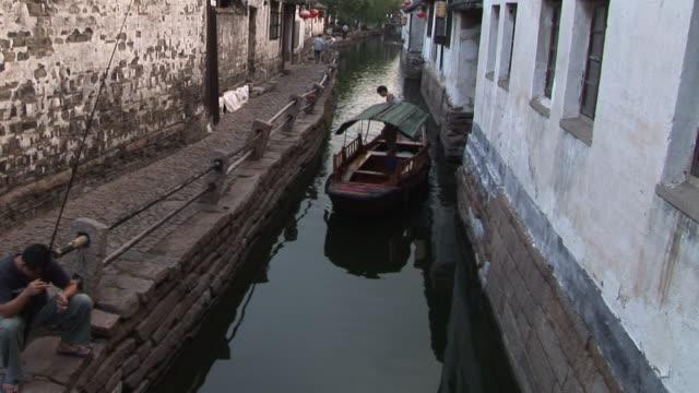 ms, ha, man in boat on narrow canal, zhouzhuang, china - förtöjd bildbanksvideor och videomaterial från bakom kulisserna