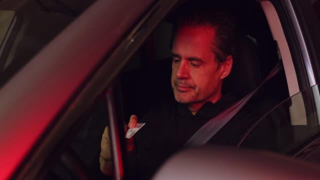 stockvideo's en b-roll-footage met man in auto gestopt door politie - alcoholtest