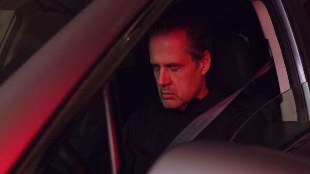 stockvideo's en b-roll-footage met man in auto gestopt door politie - dronken achter het stuur