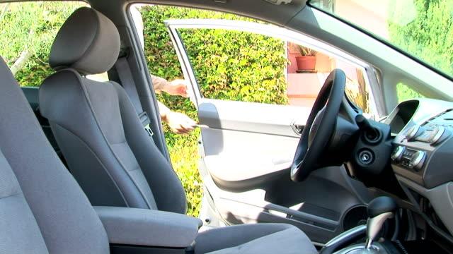 man in car - シートベルト点の映像素材/bロール
