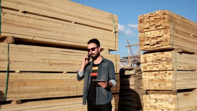 vídeos de stock, filmes e b-roll de homem em contagens madeira madeira - forester