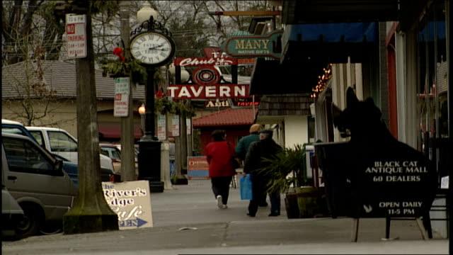 vidéos et rushes de man in cowboy hat walking down main street sidewalk in snohomish washington - plaque de rue
