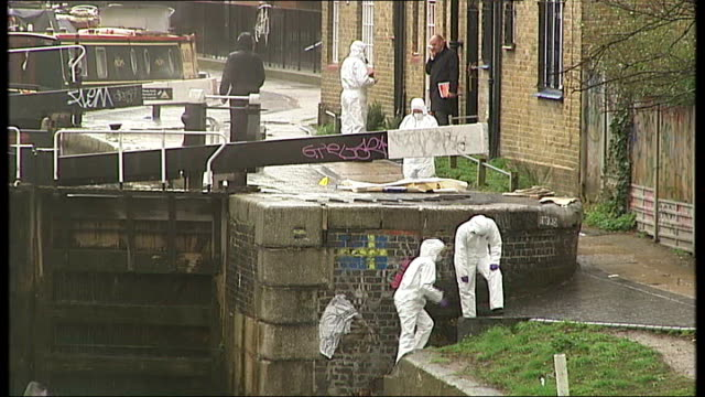 vídeos y material grabado en eventos de stock de man in custody after headless body of eastenders actress found in canal; england: london: regents canal: ext forensic police in white overalls beside... - eastenders