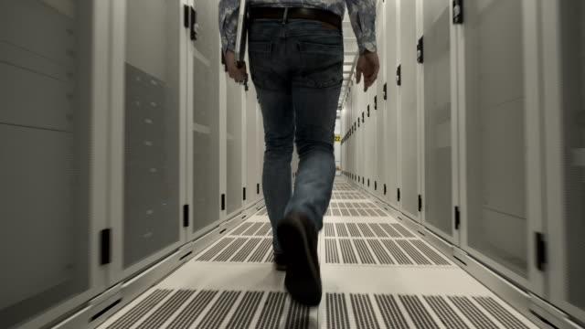 stockvideo's en b-roll-footage met man in data center - noord holland