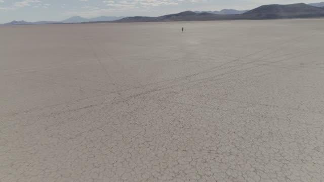 man in desert sprinting - persistence stock videos & royalty-free footage