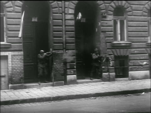 vídeos de stock e filmes b-roll de man in doorway fires rifle / hungarian uprising - 1956