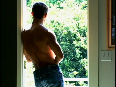 man in doorway - 若い男性だけ点の映像素材/bロール