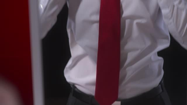 vidéos et rushes de hd: homme en tenue de soirée se déguiser - cravate