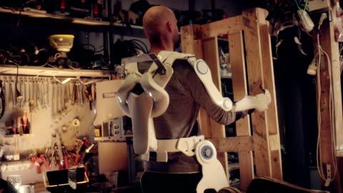 mann im exoskelett - herausforderung stock-videos und b-roll-filmmaterial