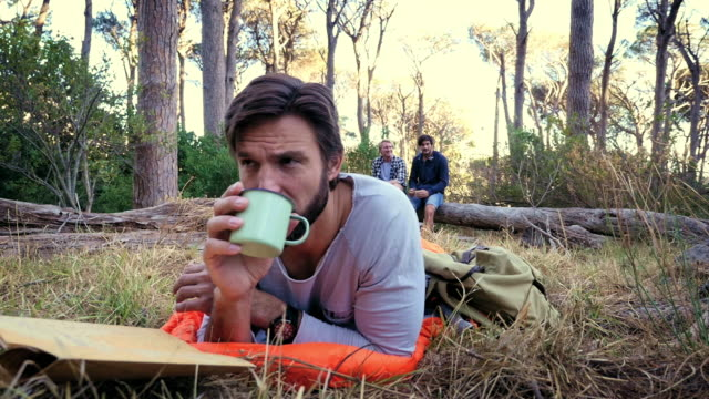 man in forest - 寝袋点の映像素材/bロール