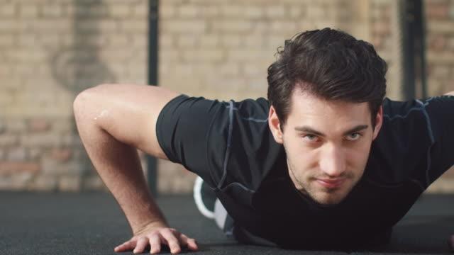 mann im fitnessstudio, push-ups - flexibilität stock-videos und b-roll-filmmaterial