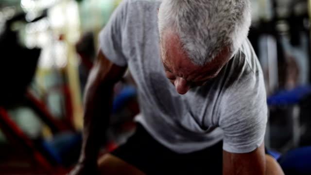 stockvideo's en b-roll-footage met man in gym - gewicht meeteenheid