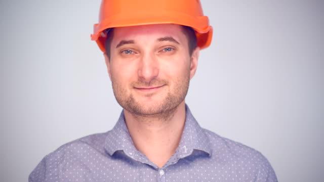 vidéos et rushes de homme au casque présentation espace de copie - en individuel