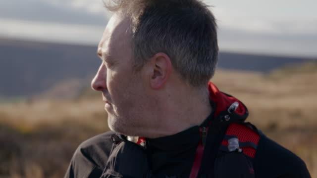vidéos et rushes de man in landscape - 50 54 ans