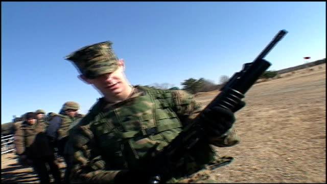 vídeos y material grabado en eventos de stock de man in military uniform holding a large miltary grade gun - ropa de camuflaje