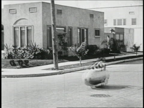 b/w 1923 man (snub pollard) in mini-car on street as cop chasing him falls into manhole / feature - unfall konzepte stock-videos und b-roll-filmmaterial