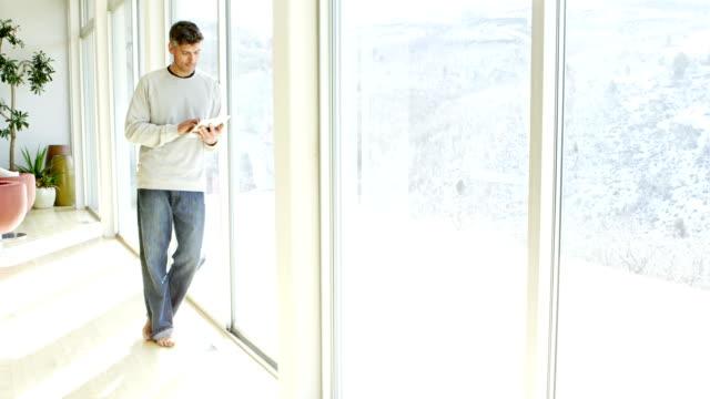 Homme dans la maison moderne