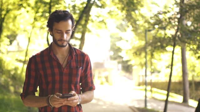 mannen i park ensam - män i 30 årsåldern bildbanksvideor och videomaterial från bakom kulisserna