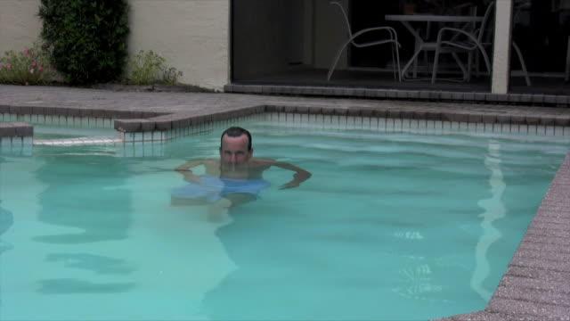 man in pool - utebassäng bildbanksvideor och videomaterial från bakom kulisserna