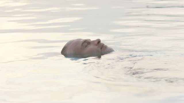 man in pool - freibad stock-videos und b-roll-filmmaterial
