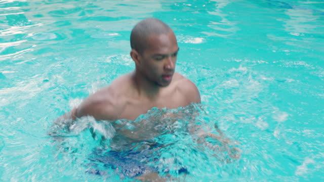 man in pool - piscina pubblica all'aperto video stock e b–roll