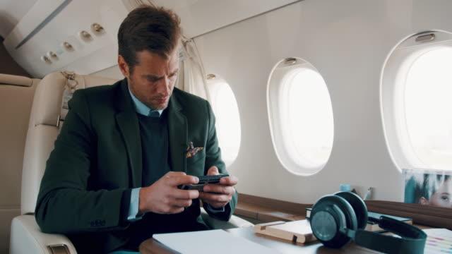 mann im privat-jet flugzeug - fahrzeug innenansicht stock-videos und b-roll-filmmaterial