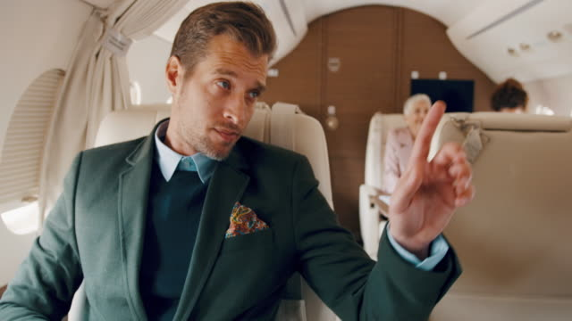 stockvideo's en b-roll-footage met man in prive-jet vliegtuig - zakenreis