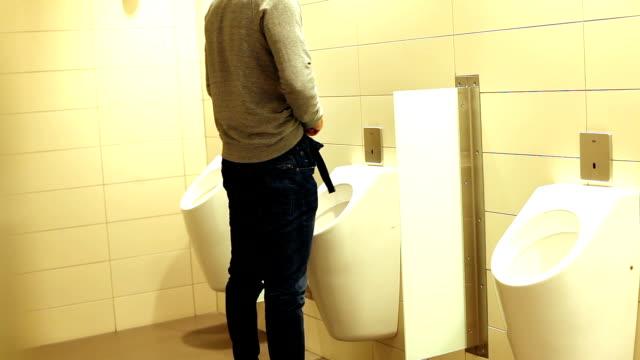 公衆トイレの男 - 小便器点の映像素材/bロール