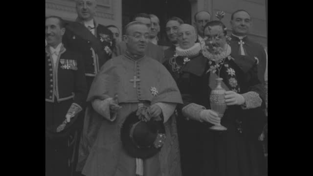 stockvideo's en b-roll-footage met man in renaissance dress holding golden rose with brief pan to cardinal francesco borgongini duca holding hat / ms horses and coachman / ms horsemen... - priester