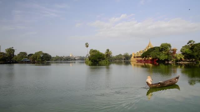 WS Man in rowing boat on kandawagyi lake / Yangon, Yangon Division, Myanmar