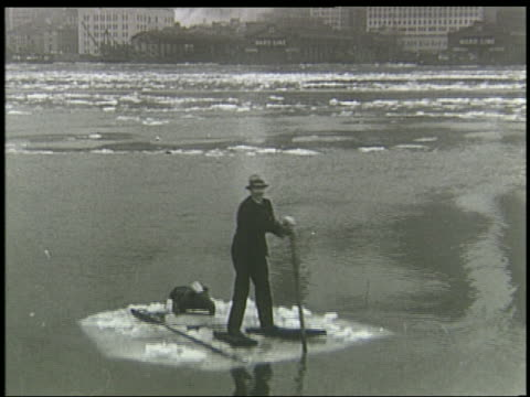 b/w man in suit paddling in raft through ice on east river in nyc / winter - kompletter anzug stock-videos und b-roll-filmmaterial