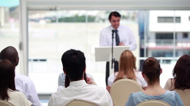 vídeos y material grabado en eventos de stock de man in suit speaking in a meeting - camisa y corbata