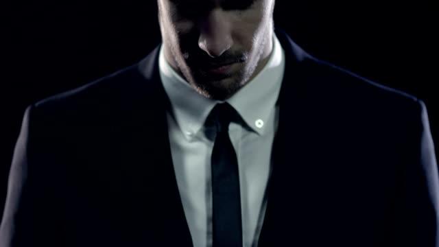 vidéos et rushes de homme dans une suite - manteau et veste