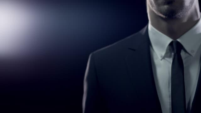 mann in der suite - rätsel stock-videos und b-roll-filmmaterial