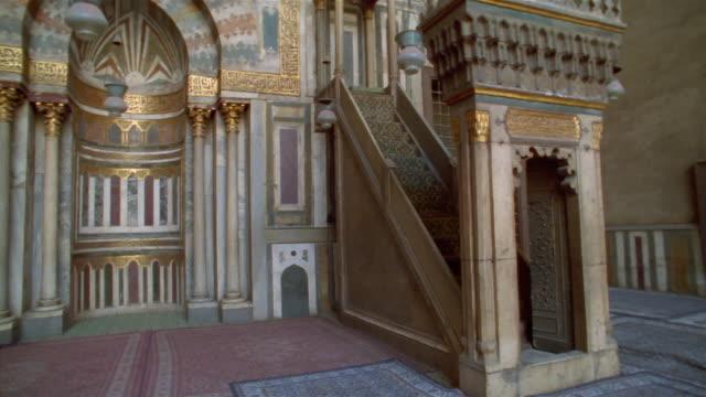 stockvideo's en b-roll-footage met ms, pan, man in sultan hassan mosque, cairo, egypt - alleen oudere mannen