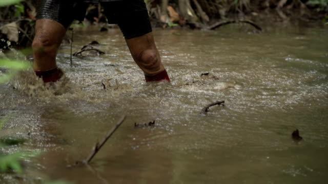 man in swamp - 手足点の映像素材/bロール