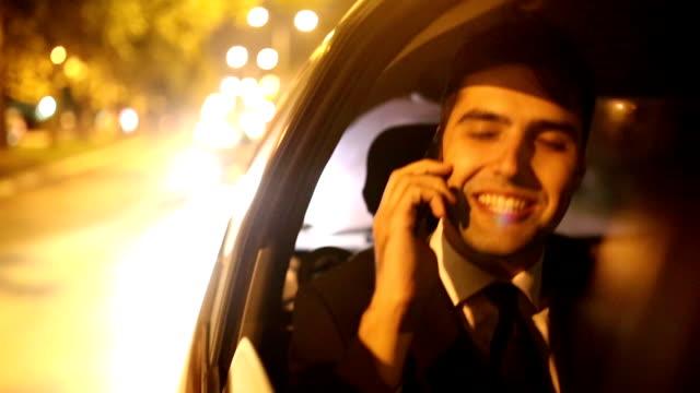 vídeos de stock e filmes b-roll de homem no carro - atrás