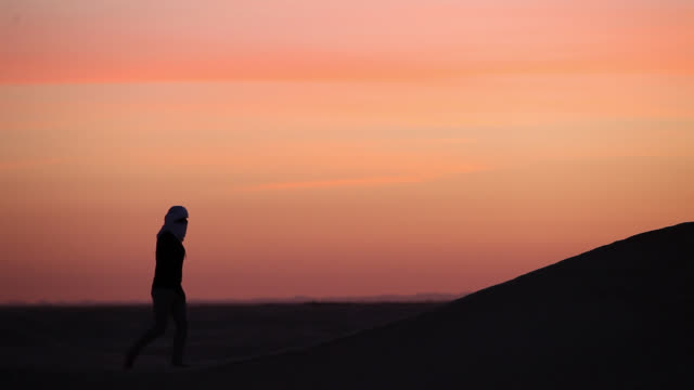 man in the desert of sahara - tunisia video stock e b–roll