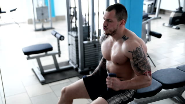 mann in das fitness-studio. - body building stock-videos und b-roll-filmmaterial
