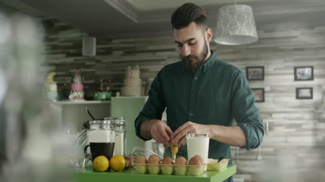 vídeos de stock, filmes e b-roll de homem na cozinha - perícia