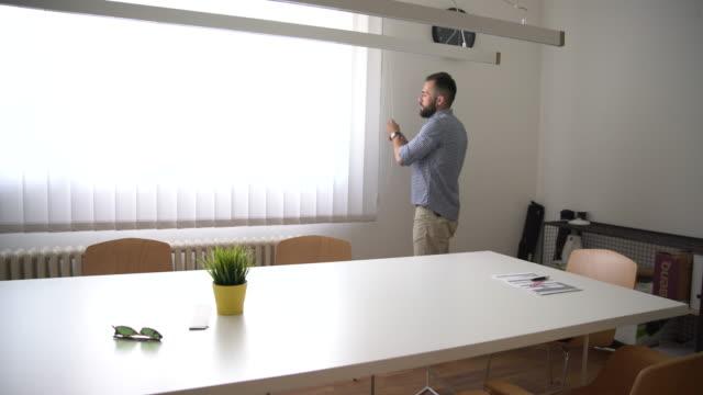 vídeos de stock, filmes e b-roll de homem no escritório - persiana artigo de decoração