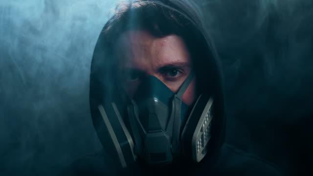 vídeos de stock e filmes b-roll de a man in the protective mask - europe
