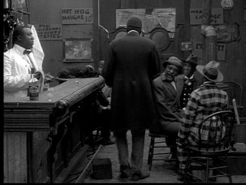 stockvideo's en b-roll-footage met 1913 ms b&w man in tophat leaving bar as bartender cleans glass - mid volwassen mannen