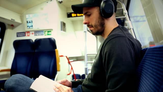 Man in de trein lezen boek