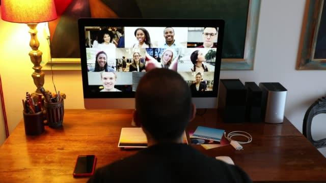 Homme dans l'appel vidéo avec des amis et des parents devant l'ordinateur