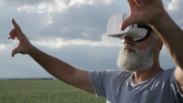 mann in vr-brille bewegte objekte stehen im grünen bereich - vollbart stock-videos und b-roll-filmmaterial
