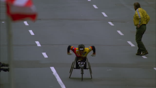vídeos de stock, filmes e b-roll de man in wheelchair finishes marathon race, boston; 1997 available in hd. - acabando
