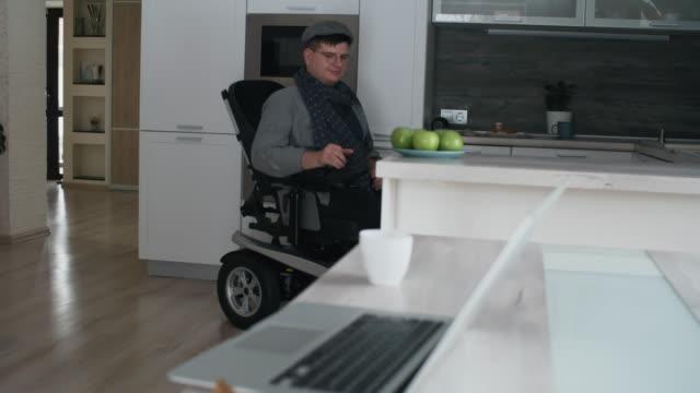 man in wheelchair taking apple - schiebermütze stock-videos und b-roll-filmmaterial